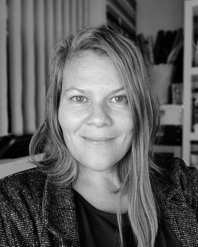 Linda Poulsen, grafisk designer hos DKPU, som er skarp på design og hjemmesideudvikling.